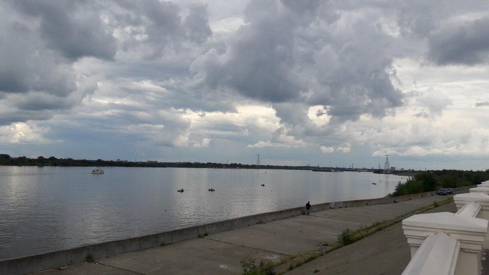 Pohled na lanovou dráhu z nábřeží řeky Volhy.