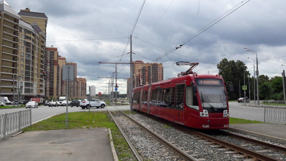 """Zákazníky běloruské tramvaje typu BKM-843 bychom napočítali na prstech jedné ruky. Tím největším je Kazaň, která jich má 20 ks. Letos je potvrzená objednávka na další tři vozy, což je počet, který si v minulosti pořídil Petrohrad. Zde je jedna z tramvají zachycena na konečnélinky č. 5 """"Mikrorajon Solněčnyj gorod"""". Pro již ne zcela aktuální mapu kazaňské trolejbusové a tramvajovésítěvizte  zde ."""