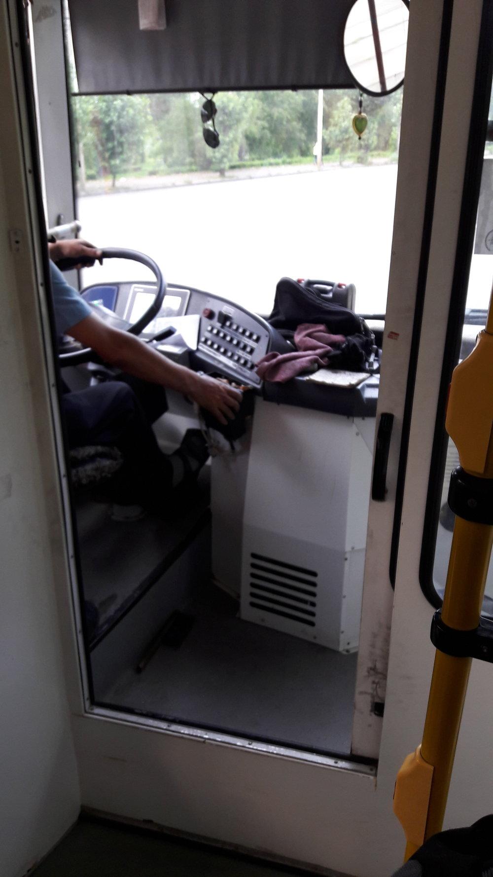 Kabina řidiče v trolejbuse Trolza.