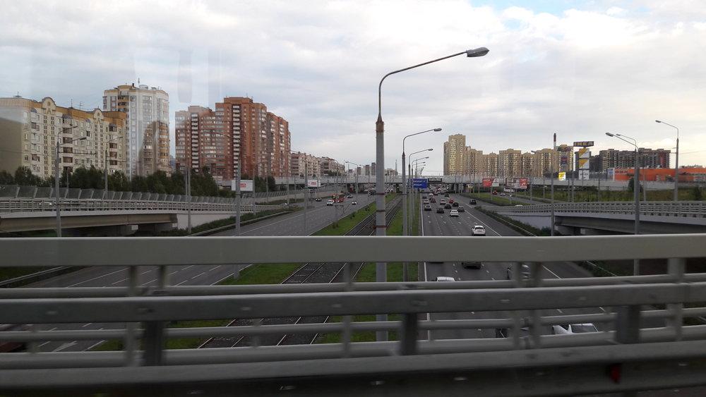 Pohled z trolejbusu jedoucího po nadjezdu v jihovýchodní části města.