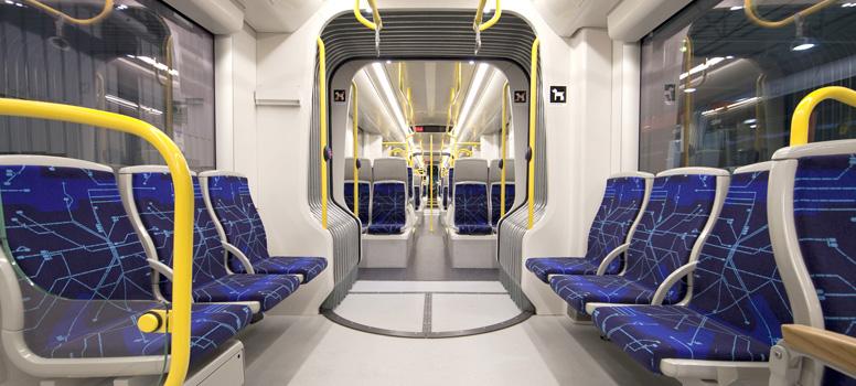 Pohled do interiéru tramvají CAF A35 z rodiny Urbos AXL pro Stockholm. Vozidla jsou vybavena klasickými nápravami a mají otočné podvozky. (foto: CAF)