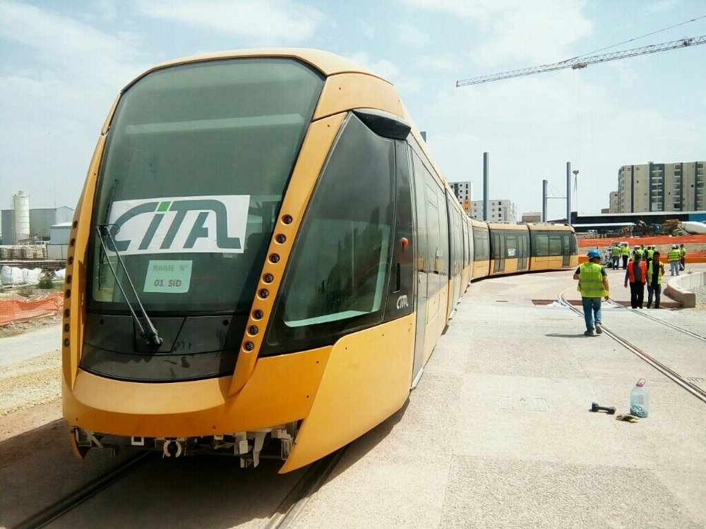 Tramvaje pro město Sidi-Bel-Abbès nesou logo výrobce Cital - společného podniku Alstomu a alžírských společností.(zdroj: tramway-sba.blogspot.com)