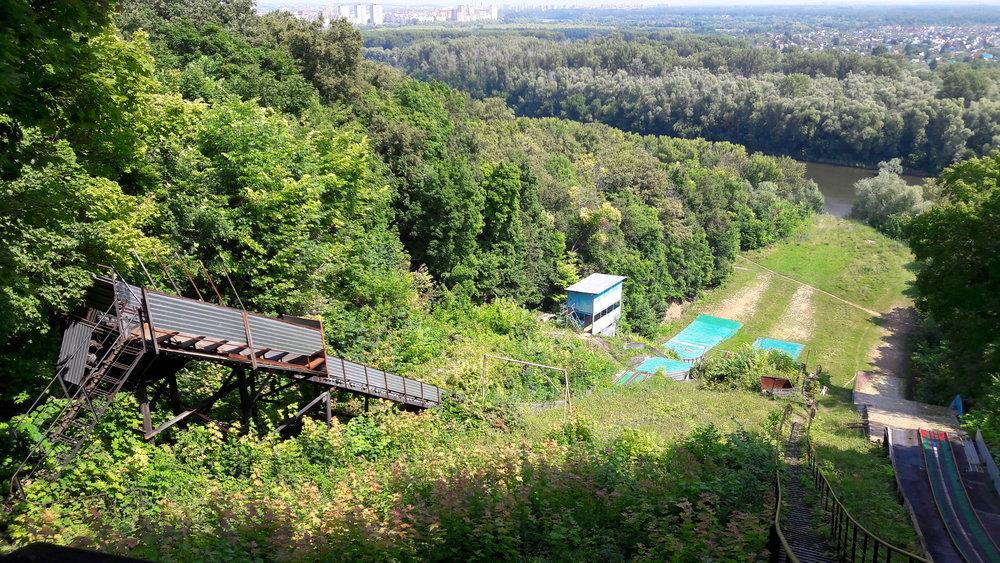 Starý sportovní areál pro tréninky ve skocích na lyžích se sice pomalu rozpadá, ale ještě slouží.