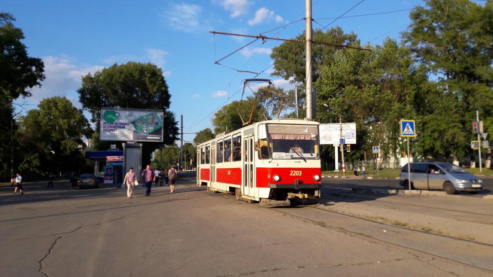 """Tramvaj typu T6B5 před hlavním uljanovským nádražím zvaným """"Ul'janovsk-Central'nyj""""."""