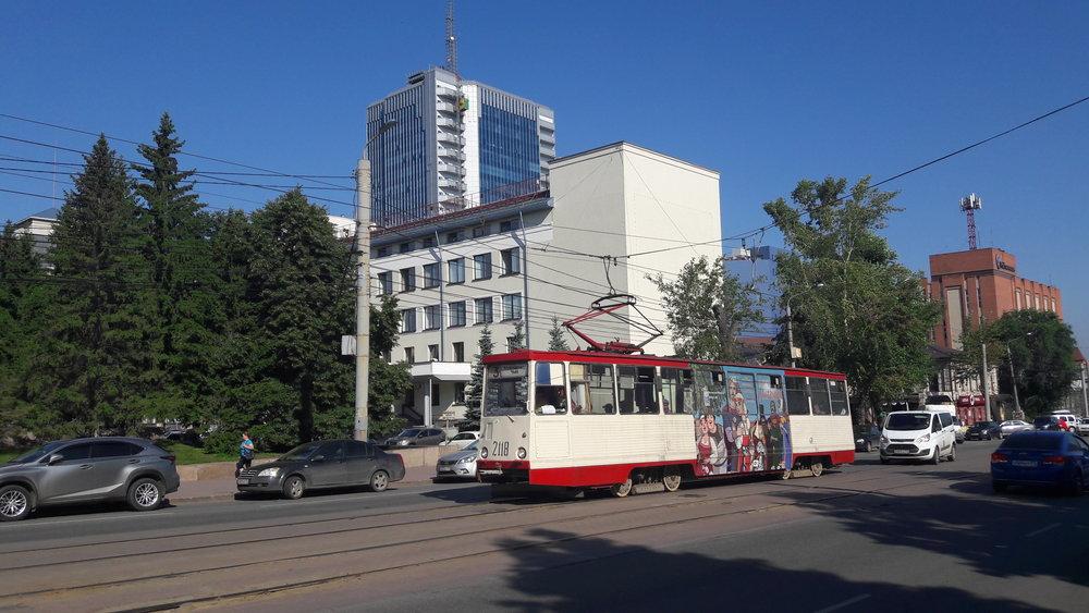 Tramvaj nedaleko centra Čeljabinska dne 30. 7. 2017.