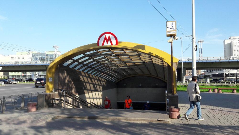 Jediná stanice metra na pravém břehu nesoucí jméno Biblioteka im. Puškina podle nedaleké knihovny si na otevření ještě počká. Dne 2. září 2011 alespoň byla pro pěší otevřena její část, která slouží jako podchod pod rušnou silnicí.