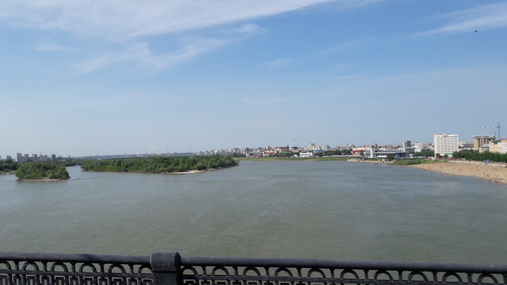 Pohled z Leningradského mostu, kde jezdí trolejbusy, směrem na sever. V Omsku mají, jak vidno, i pláž, řeka ale moc čistá není.