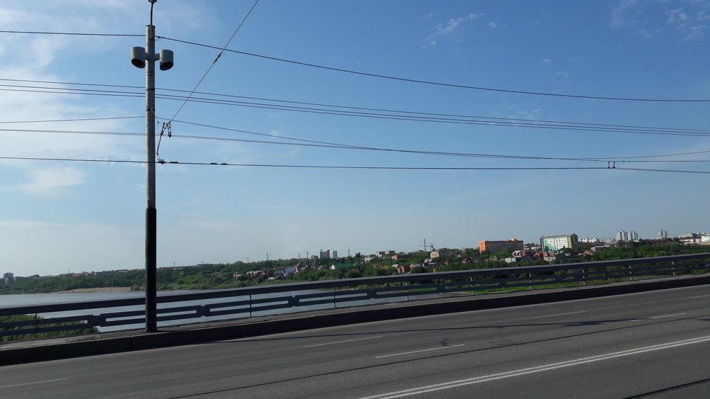 Po tomto mostě imeni 60-letija VLKSM jezdí mezi pravým a levým břehem řeky Irtyš trolejbusy a kdysi na něm jezdily i tramvaje. Už nejezdí...(pohled na sever).