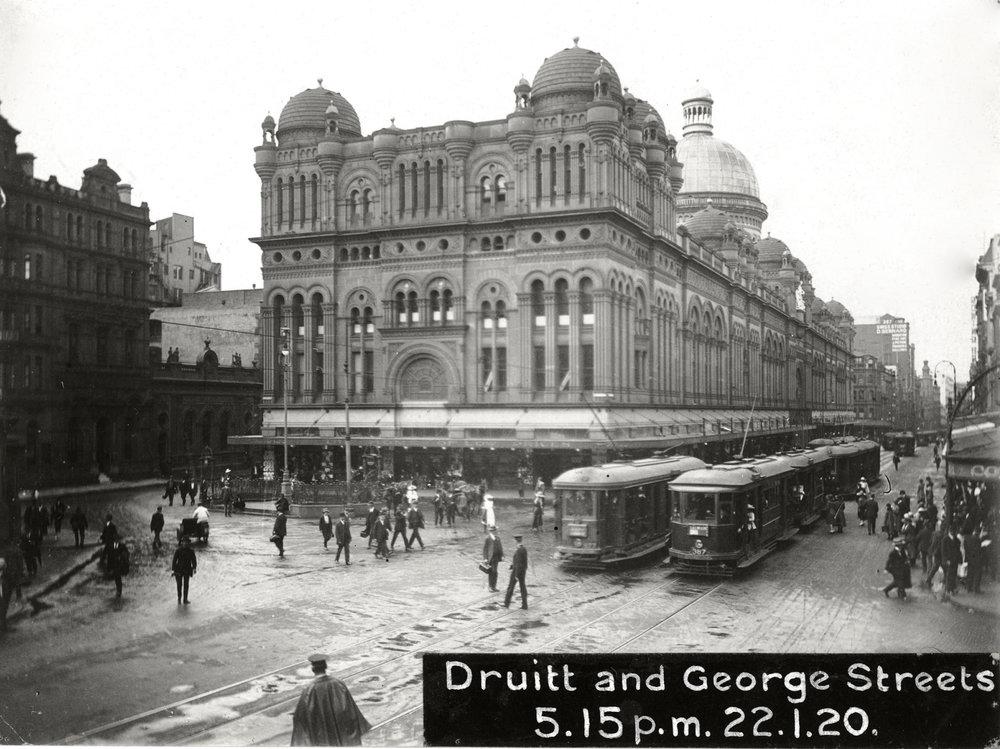 V minulosti mělo Sydney obrovskou síť městských a příměstských tramvajových drah. V roce 1923 měla síť 291 km a ve třicátých letech bylo na linky nasazováno ve špičkových časech najednou až 1600 vozidel. (zdroj: Wikipedia.org)