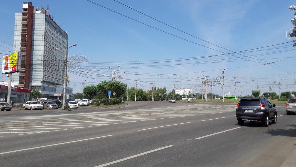 Predmostnaja ploščaď na pravém břehu města (na dalších 4 snímcích rovněž). Povšimněte si nejen tramvaje převážející štěrk, ale i trolejbusových trolejí, které zůstaly odstřihnuté od zbytku sítě.