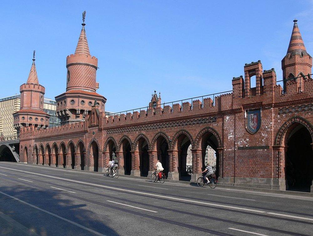 Tramvajové koleje na Oberbaumbrücke byly položeny již v roce 1995. (zdroj: Wikipedia.org)