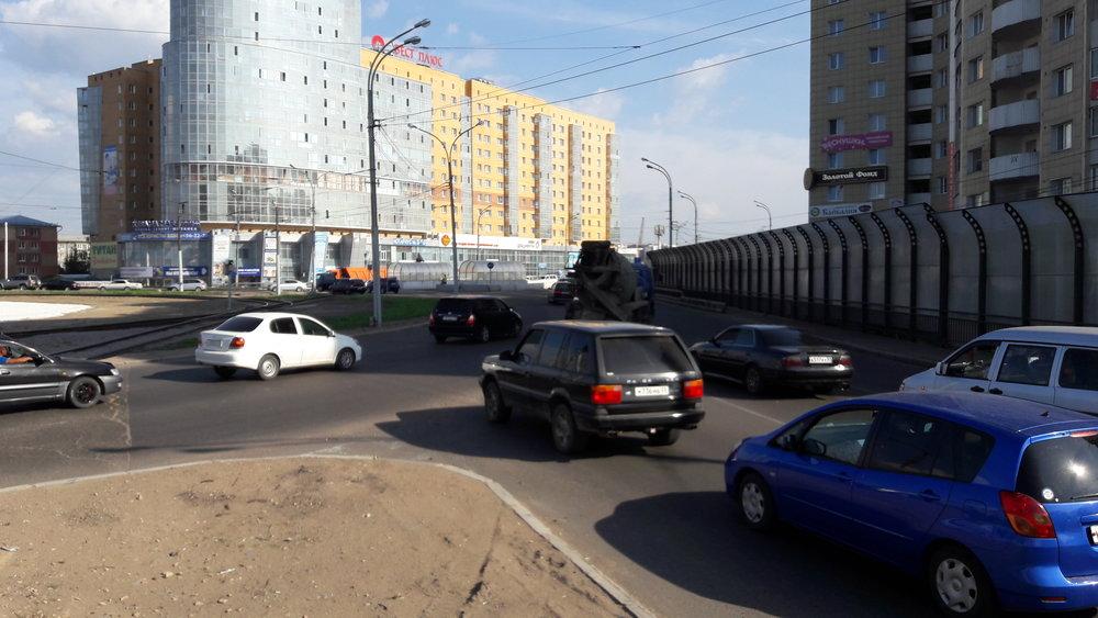 Kruhový objezd ve východní části města, u Nového mostu. Pohled při příjezdu od vozovny. Jezdit se dá tramvají z a do všech čtyř směrů. Vpravo směr ke 40. kvartalu.