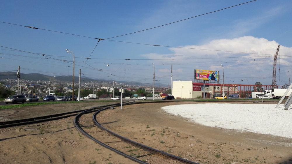 Kruhový objezd. Foceno směrem k severu, kudy se tramvaje přes Novyj most dostanou ke Strelke a pak zase do centra.