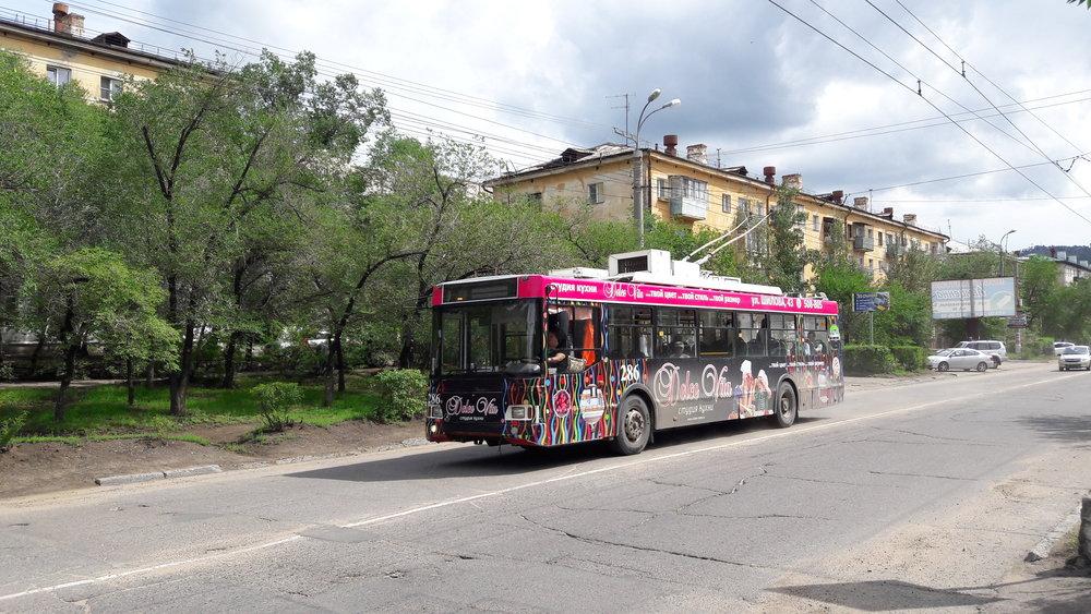 Trolejbus na ulici Novobul'varnaja, nedaleko konečné ZabVO.