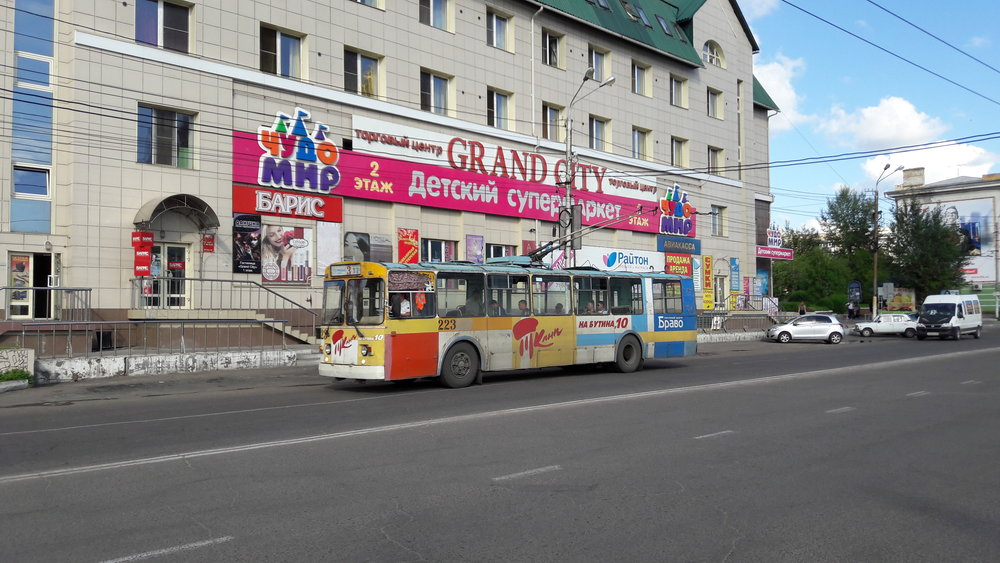 Trolejbus v centru města nedaleko nádraží.