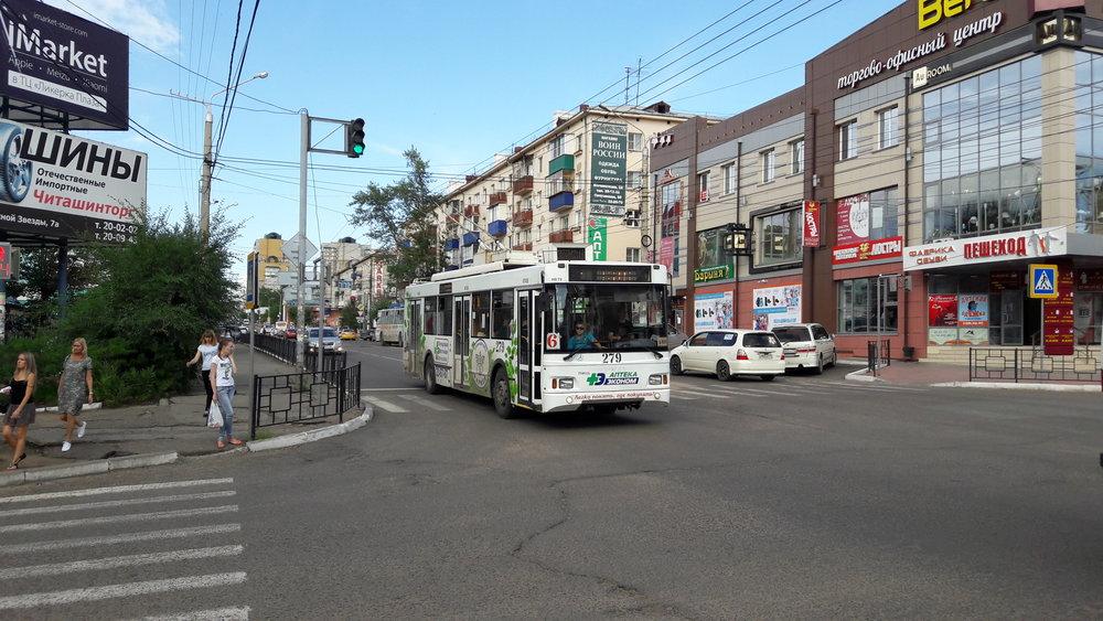 Trolejbus na ulici Bogomjagkova (trasa přes centrální tržiště).