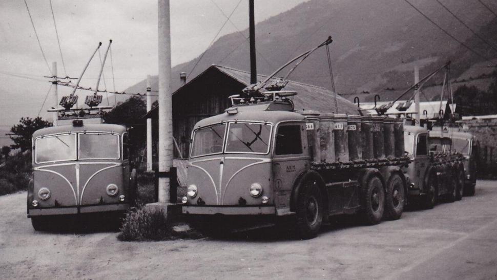 V červnu 1954 čeká čtveřice nákladních trolejbusů ve stanici Tirano. (sbírka: Gunter Mackinger)