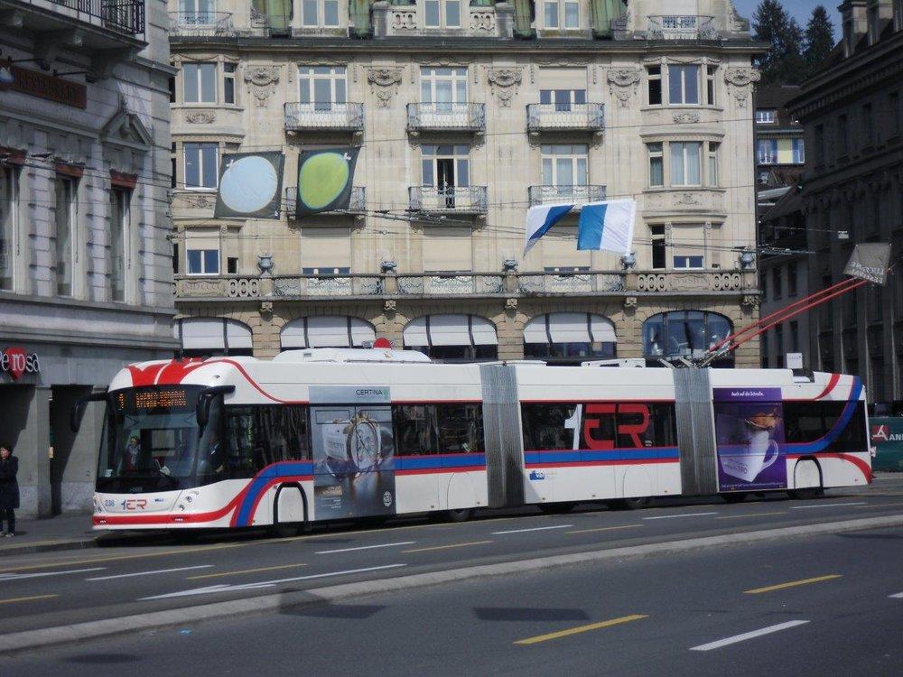 Tříčlánkové trolejbusy uvede jako první v Rakousku do provozu Linz. Ten by se měl dočkat prvního vozu již koncem srpna 2017. Zde vidíme trolejbus SwissTrolley 4 v Luzernu. (foto: Gunter Mackinger).