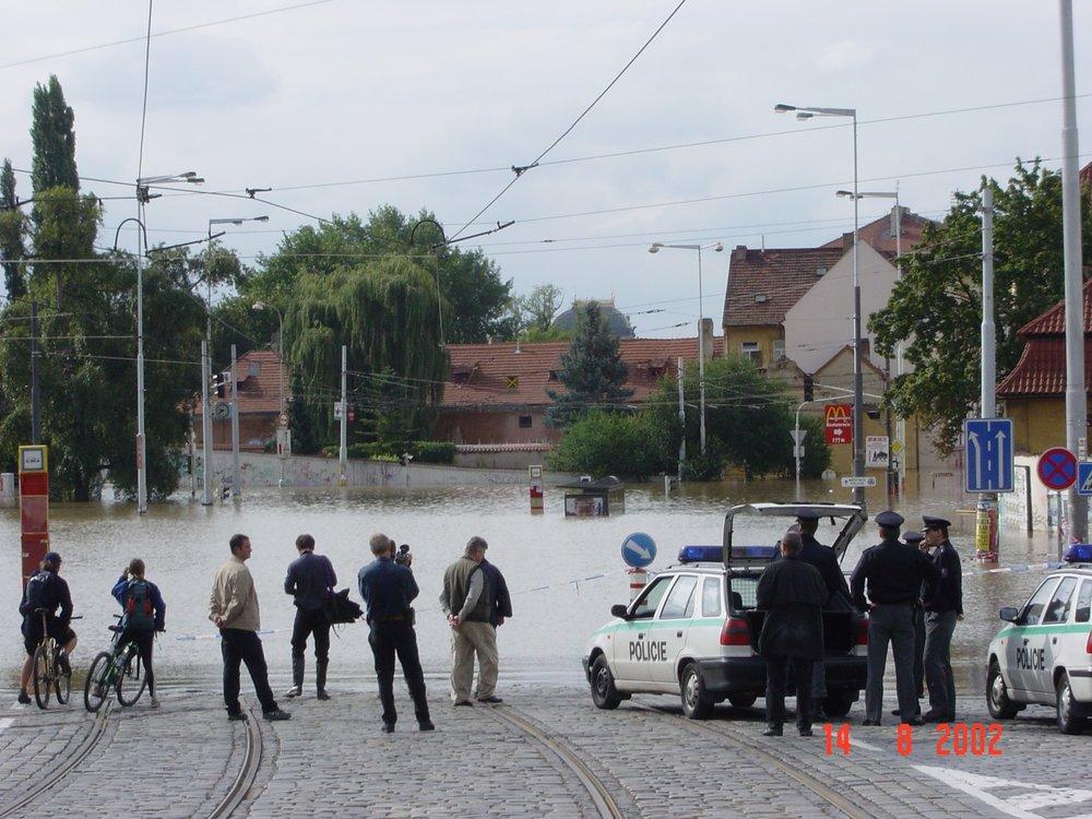Zaplavené koleje na Klárově. (foto: archiv DP Praha)