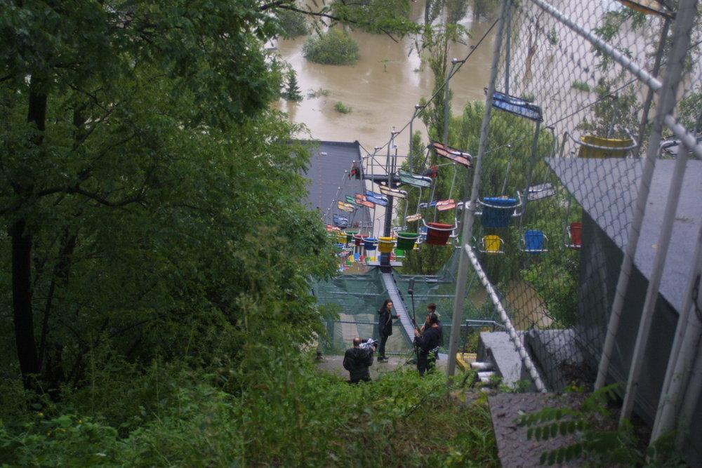 Zaplavena byla i lanová dráha v pražské ZOO, kterou rovně provozuje pražský DP. Pražská zoologická zahrada byla povodněmi výrazně poškozena. Řada zvířat zahynula, některá odplavala. Ostatně dodnes si asi lidé vybaví příběh lachatna Gastona. (zdroj: archiv DP Praha)