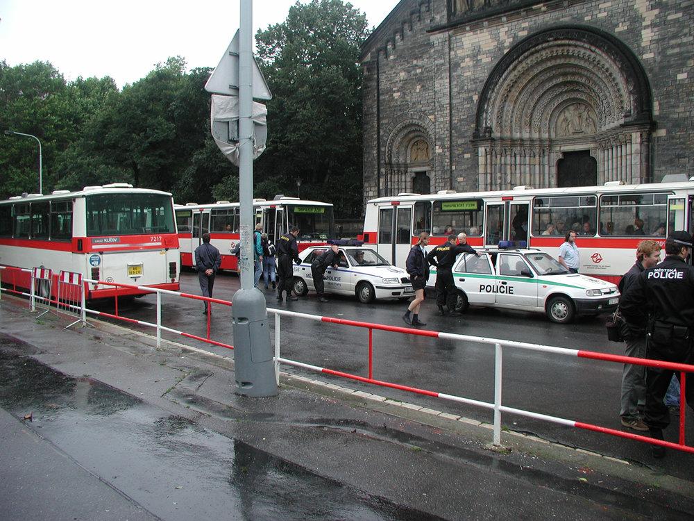 Autobusy posloužily k evakuaci obyvatel, ale na dlouho se také staly náhradou za tramvajové linky a zejména pak za vybrané úseky metra. (zdroj: archiv DP Praha)