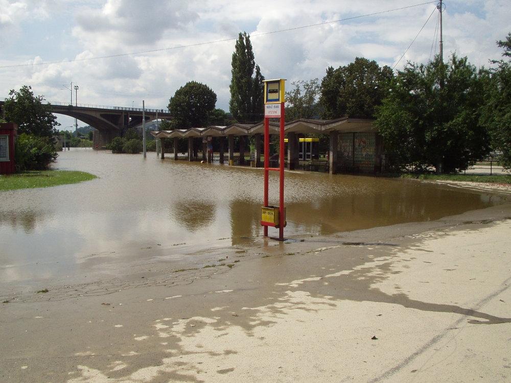 Zaplavený prostor smyčky Nádraží Braník. (zdroj: archiv DP Praha)