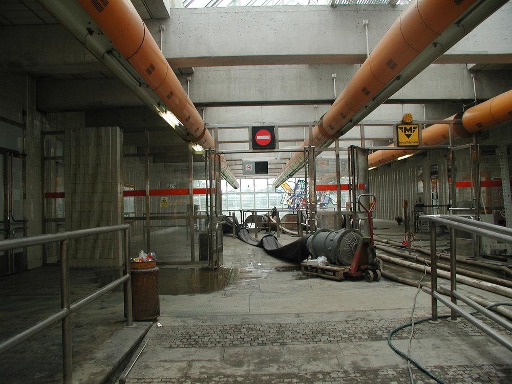 Stanice mtra se změnily ve staveniště. Zde je pohled na vstup stanice Invalidovna na trase B. (zdroj: archiv DP Praha)