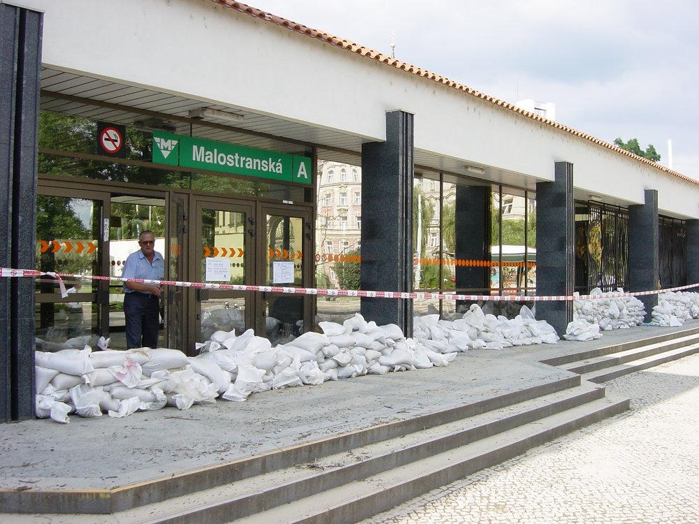Stanici metra Malostranská měly ochránit pytle s pískem. Voda se však do ní dostala skrze trasu B, když protekla na Můstku na trasu A a začala postupně zaplavovat její stanice. (foto: archiv DP Praha)