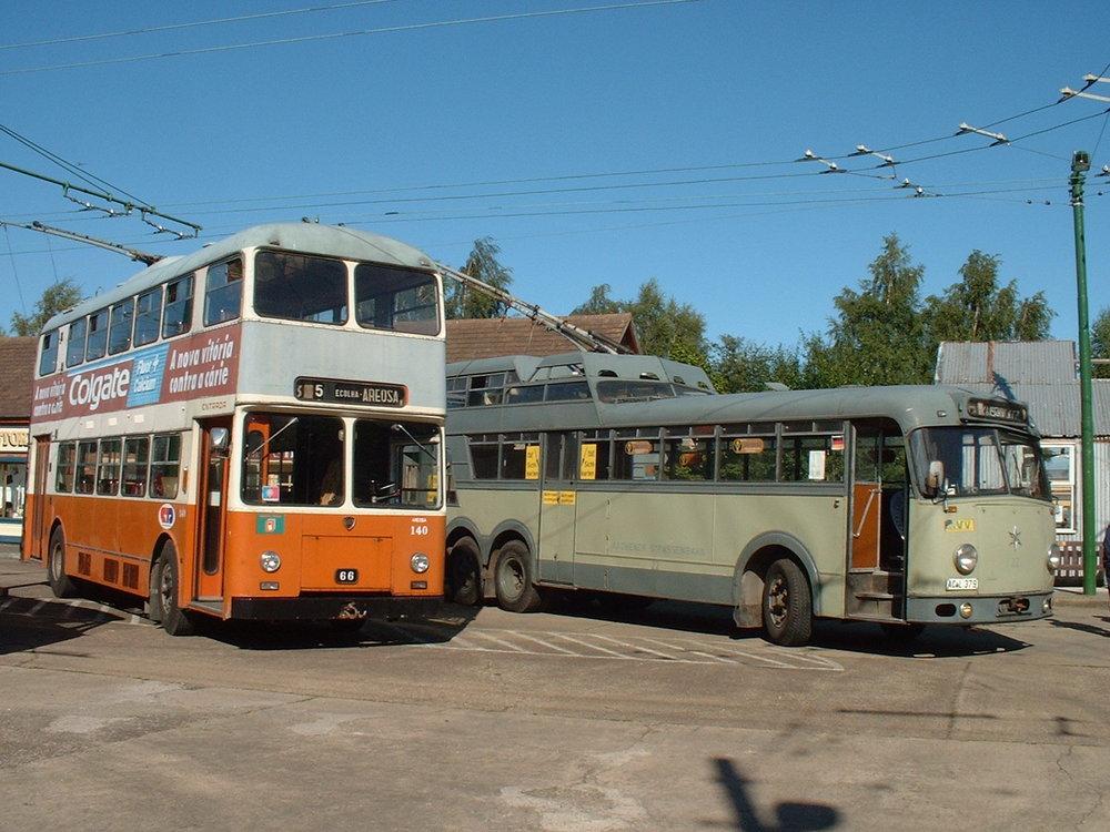 Tato fotografie zřetelně ukazuje výškový rozdíl mezi patrovým trolejbusem (zde vůz z portugalského Porta z roku 1967) a jeden a půl patrovým trolejbusem z Cách (s karoserií Henschel). Fotografie byla již pořízena v muzeu trolejbusů v anglickém Sandtoftu. (zdroj: Wikipedia.org)