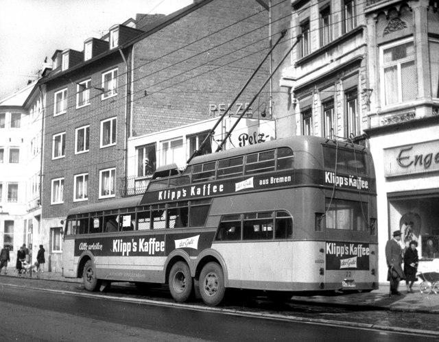 Pohled na jeden a půl patrový trolejbus v Cáchách. (zdroj: Wikipedia.org)