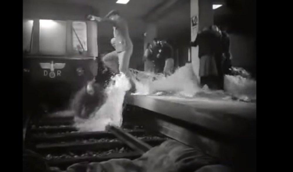 Zaplavení S-Bahnu na záběru z filmu Der letzte Akt z roku 1955. (zdroj: youtube.com)