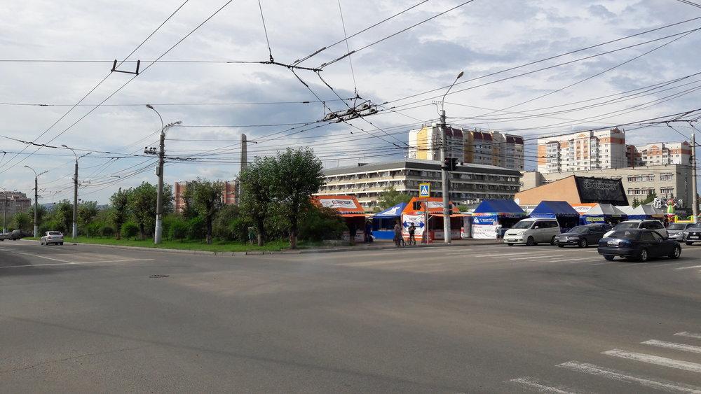 Vpravo odbočuje trať směrem k centrálnímu tržišti, vlevo pokračuje na konečnou TRZ.