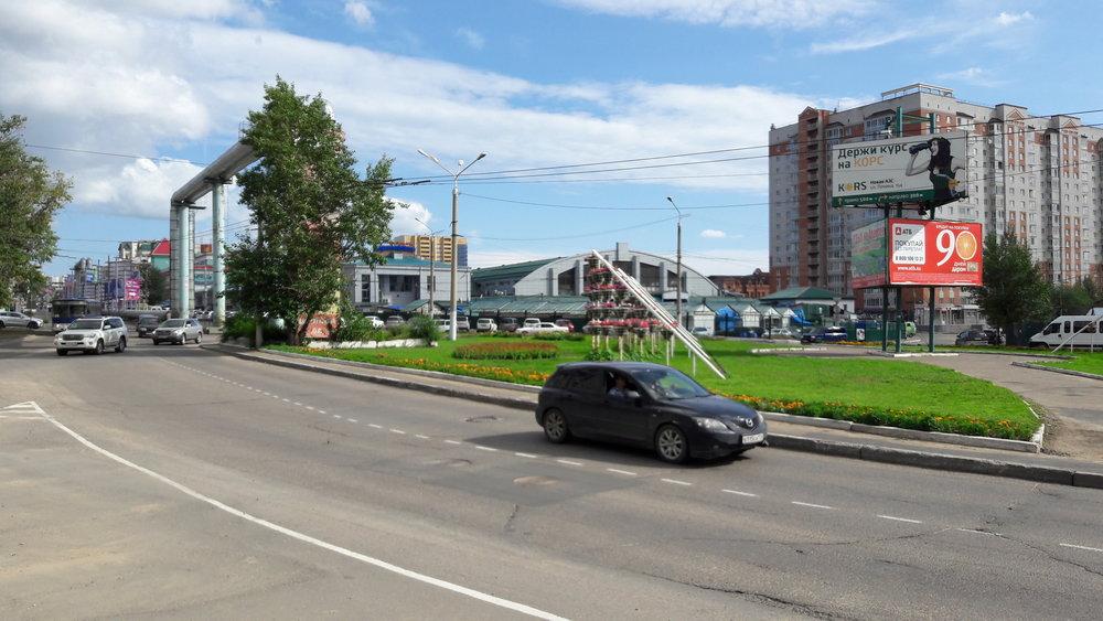 Při tomto oválném objezdu u centrálního tržištěse nachází stopa navíc pro obrat trolejbusů. Dnes je tam ovšem nácestná smyčka nevyužitá.