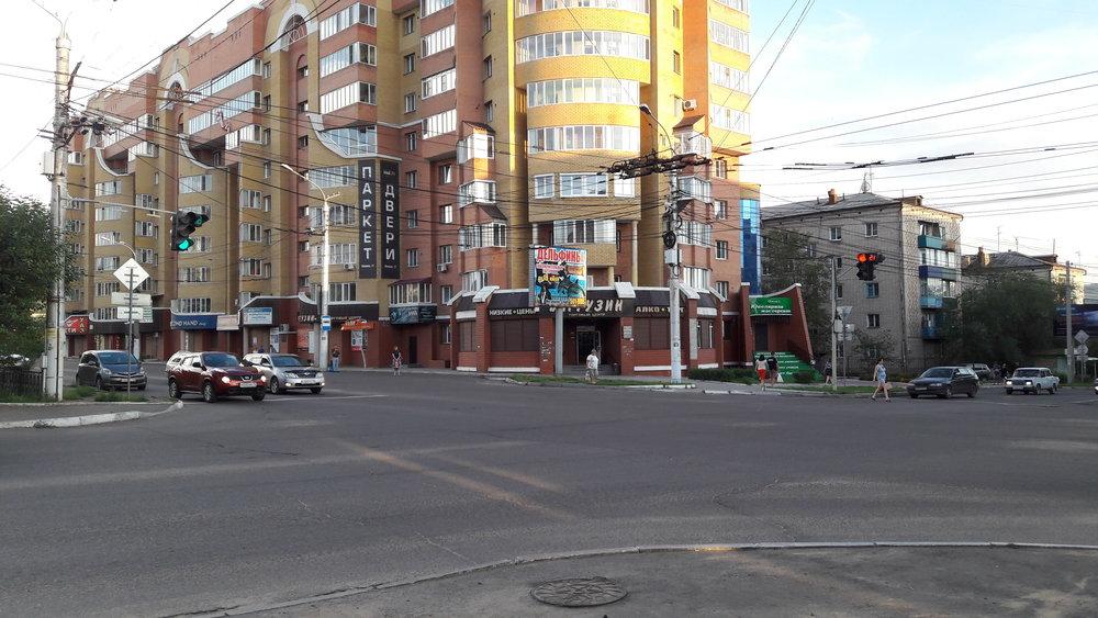 Ulice Lenina v místě, kde odbočují linky č. 3 a 6 doleva, aby se dostaly na konečnou Sosnovyj bor.