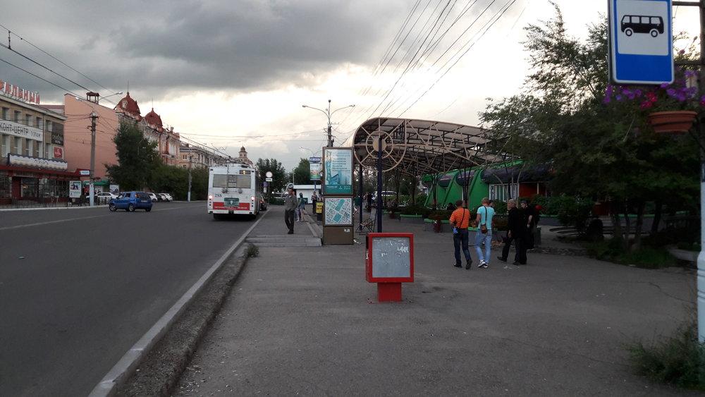 Nejhezčí trolejbusová zastávka v Čitě leží při ulici Lenina a nese název Těatral'naja ploščad'. Hned za zastávkou je malý udržovaný parčík s okrasnými bylinami.