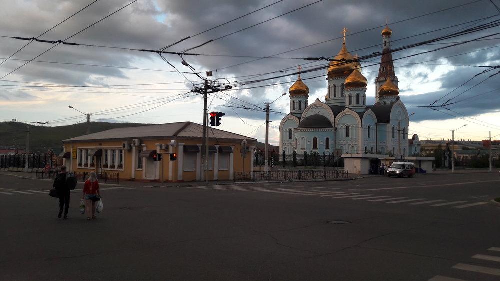 Rozvětvení nedaleko nádraží: vpravo směřuje trať na ulici Amurská (před chrámem), vlevo pokračuje k nádraží (za chrámem).