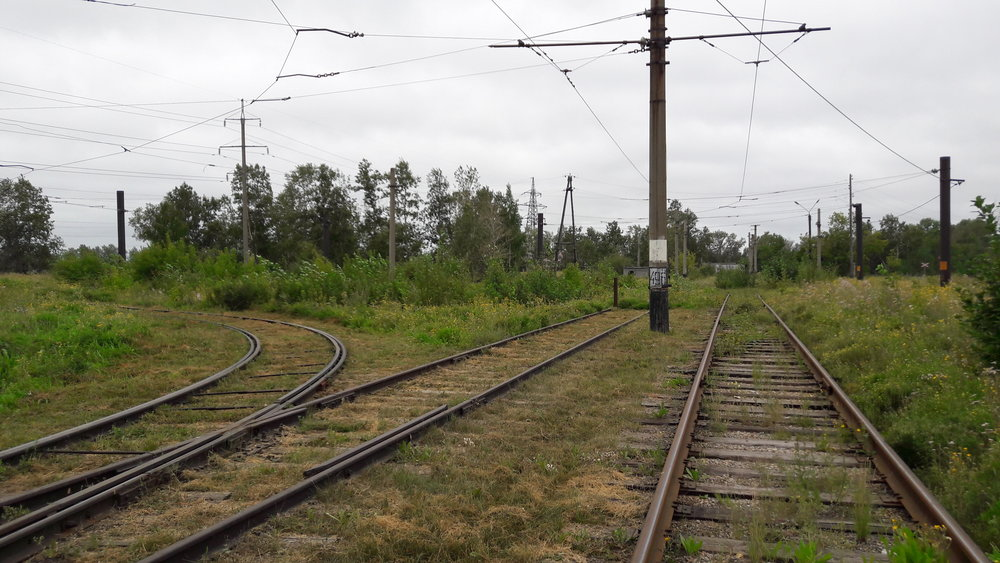Vpravo odbočovala trať k Chimfarmkobinatu.