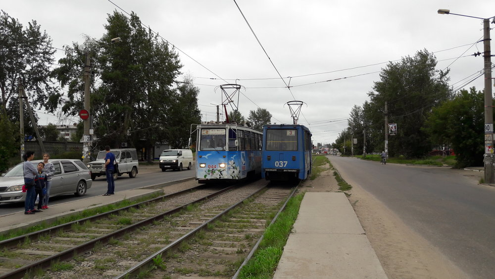 Zastávka Privokzal'nyj, kde dříve tramvaje končily. V dáli je vlakové nádraží.