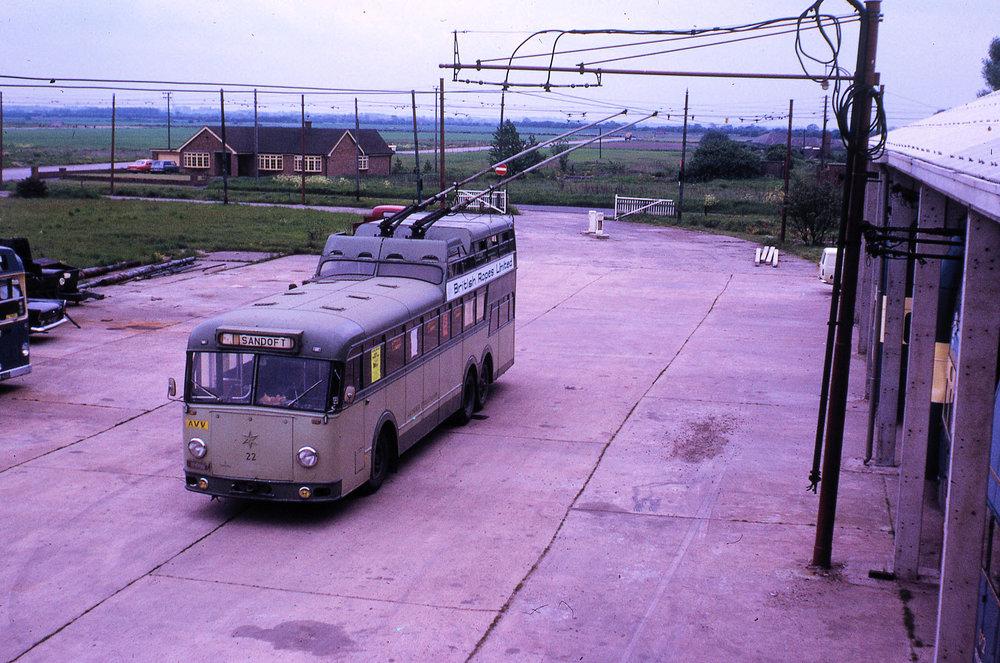 Jeden a půl patrový trolejbus již po příjezdu do Velké Británie. (foto: British Trolleybus Museum)