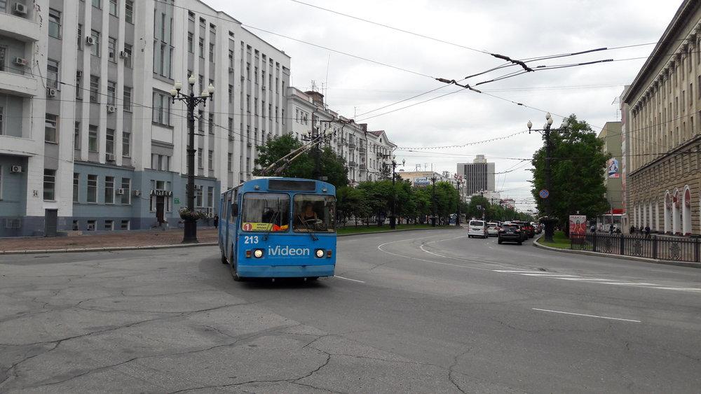Tento a další snímky zachycují trolejbusy u náměstí Lenina.