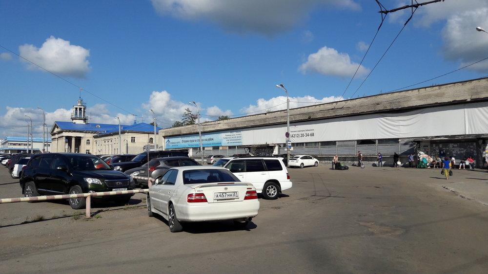 Konečná Aeroport – pohled od výstupní zastávky směrem k nástupní.