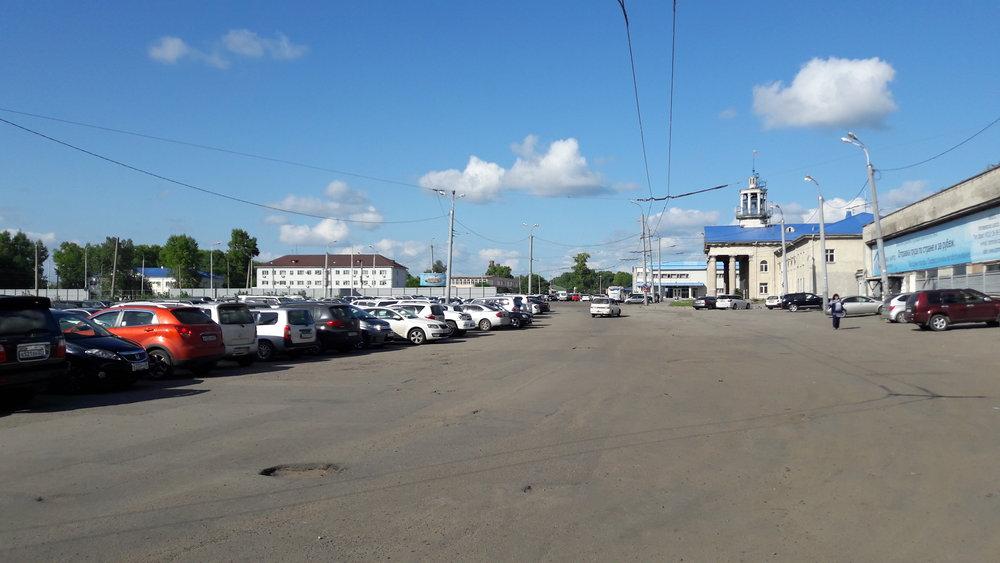 Konečná Aeroport – pohled od nástupní zastávky. Trolejbusy dvakrát zahnou doleva a vracejí se do centra.
