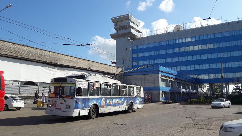 Konečná Aeroport – nástupní zástavka (po projetí obloukem).