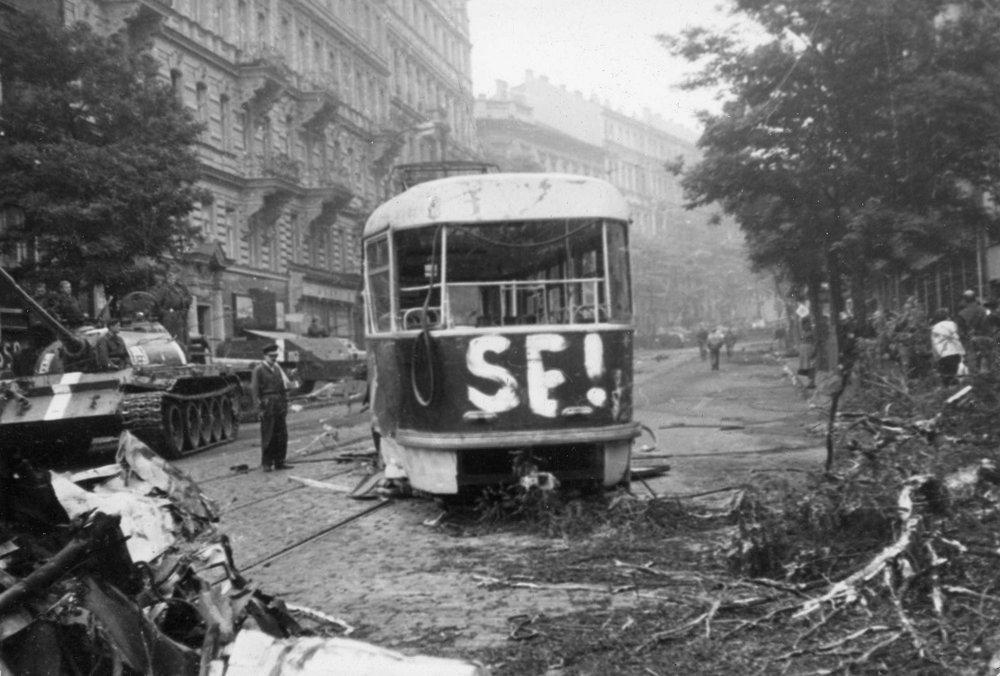 Tramvaj T3 ev. č. 6135 po zásahu sovětských vojsk dne 21. 8. 1968. (zdroj: archiv DPP)