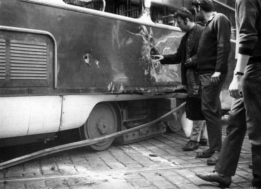 Prostřílený vůz T3 ev. č. 6135 na Vinohradské třídě. (zdroj: archiv DPP)