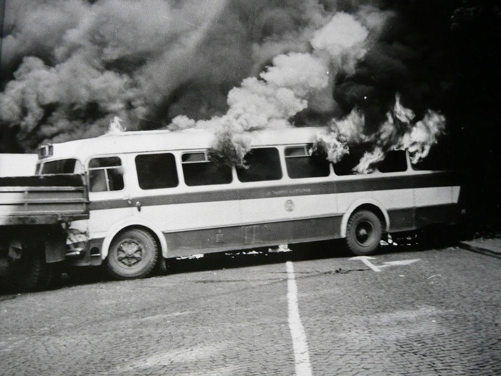 Hořící autobus Škoda 706 RTO MTZ pražského DP.(foto: Jan Ohlídal, sbírka: Josef Bouška)