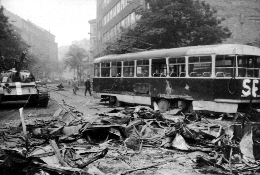 Jeden z nejznámějších záběrů z okupace Prahy v srpnu 1968 s vozem T3 ev. č. 6135. (zdroj: archiv DPP)
