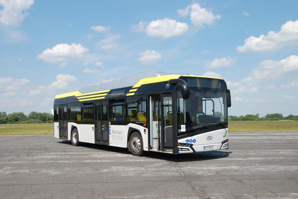 Solaris New Urbino 12 electric určený pro testovací jízdy novinářů v rámci Bus Euro TEST 2016, který se konal v Belgii a který polská firma se svým vozem ovládla.Zde je však vůz zachycen ještě na testovací dráze nedaleko Poznaně.(foto: Libor Hinčica)