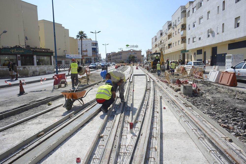 Stavba trati na ulici Travesía de Alameda de Solano ve městě Chiclana de la Frontera na snímku z jara 2015. (foto: Agencia de Obra Pública de la Junta de Andalucía)