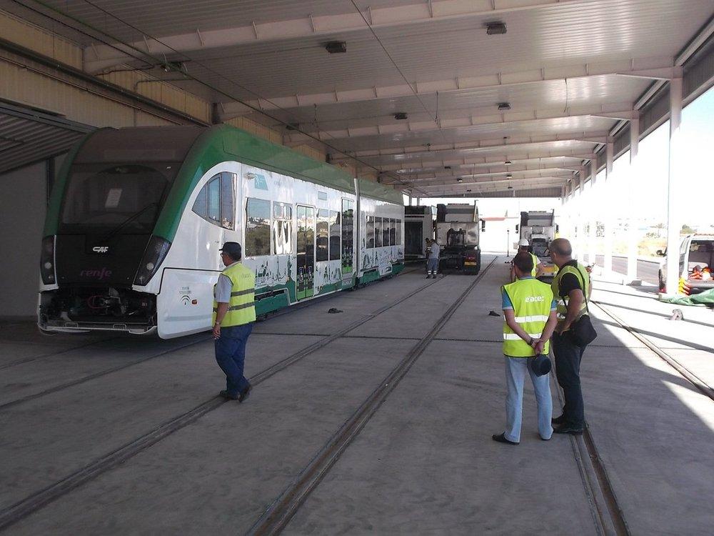Snímek dodávky tříčlánkových vozidel o délce 38 140 mm, která musí být homologována nejen pro tramvajový, ale i železniční provoz. Vozidla jsou proto mimo jiné vybavena i vlakovými zabezpečovači. (foto: Agencia de Obra Pública de la Junta de Andalucía)